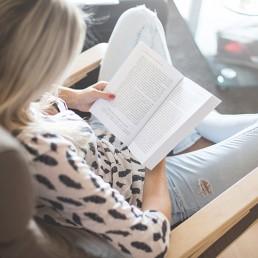 AFRISO Frau liest Buch Anwendung